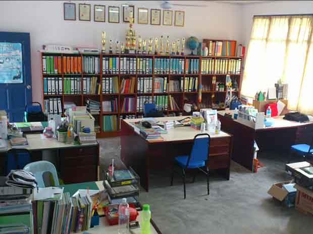 meja bilik guru